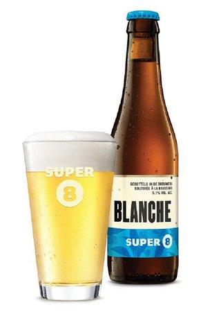 """La Busa De Bacco: Il termine """"birra bianca"""" deriva probabilmente dalla parola """"weit"""" in olandese antico, che significa """"grano"""". Nel Medioevo, la produzione della birra bianca era molto più diffusa. Lo stesso riferimento al suo colore si trova in Olanda con la denominazione """"Witbier"""" ed in tedesco con la denominazione """"Weißbier"""" o anche """"Weizenbier"""" che significa birra di grano. SUPER 8 BLANCHE è una birra bianca a base di malto d'orzo e malto di grano."""