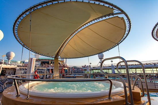 Main Pool on Independence of the Seas