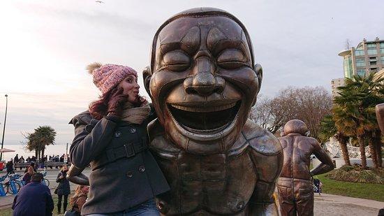 Podemos subir nas esculturas, por isso são interativas.