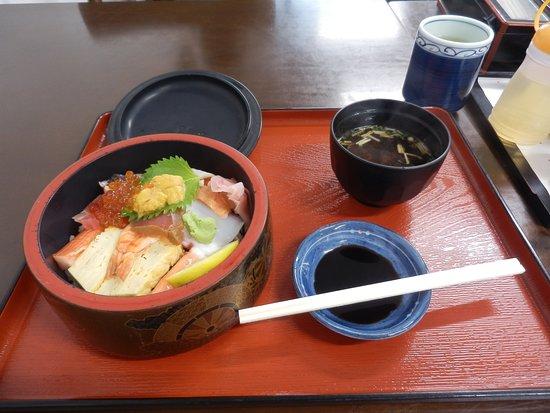 魚生飯來到時與圖片分別很大,有點失望。