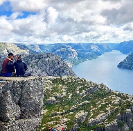 Otro de esos rincones de Noruega que te dejan huella. Vista del fiordo desde la Pulpit Rock o Preikestolen, en Stavanger, al sur del país. ¿Una maravilla, verdad?