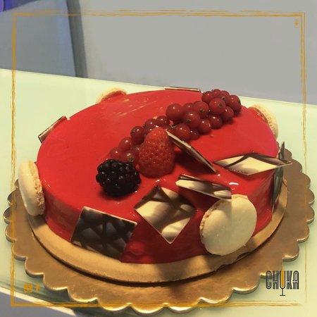 Bar Chuka: glassa ai frutti rossi che racchiude un semifreddo al cioccolato bianco su un biscuit di frolla fragrante😋 🍓 🍰