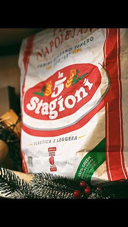 Анатомия #pizzanapoletana: напоминаем, что для приготовлении нашей пиццы мы используем только аутентичную муку из Неаполя - 5 Stagioni👌. ⠀ Она одобрена Ассоциацией настоящей неаполитанской пиццы, содержит большое количество белка, и, благодаря своему мелкому помолу 00 тесто получается таким легким и воздушным🍕. ⠀ 🔻Оценить вкус вы всегда можете на Лермонтова, 8. 🔺Мы открыты с 11:00 ежедневно.
