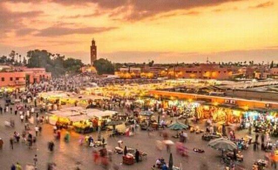 Marrákes, Marokkó: La mezquita del koutoubia y la plaza de jamaa el fana a Marrakech