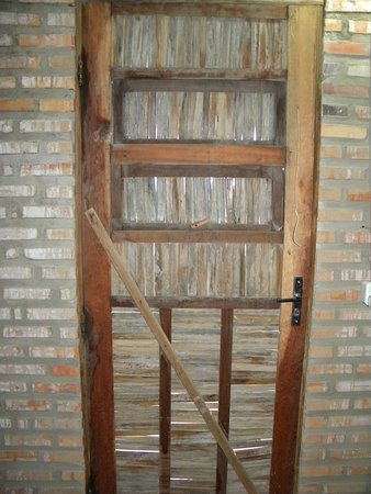 Pousada Sol e Mar: A porta do AP rústica,fabricada artesanalmente, com palha de carnaúba,tem aberturas controladas por fio de naylon. AMEI