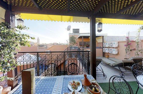 Riad Abaka By Ghali Annexe: Restaurant sur la terrasse avec vu panoramique sur la mosquée Koutoubia