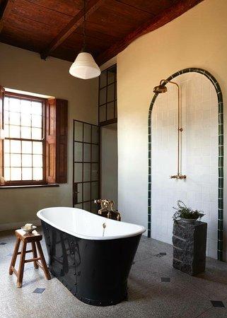 Jonkmanshof: The en-suite bathroom with under floor heating and 100% cotton towels and hotel style amenities