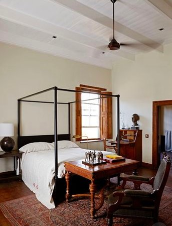Jonkmanshof: Bedroom 2 - with King size 4 poster bed and dressed with a 100% Italian linen