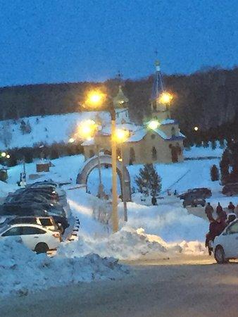 Salair, Ρωσία:  Панорама храма с подъездной дороги, очередь из машин растянулась более чем на километр, но все спокойны, никто не волнуется, работают доброжелательные сотрудники ГИБДД.