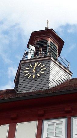 Der Bartenwetzer erscheint immer zur Mittagszeit auf dem Rathausturm.