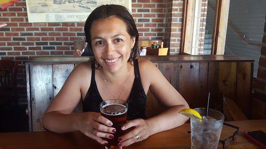 Commodore Waterfront Restaurant: Mi esposa degustando su cerveza en el Commodore.