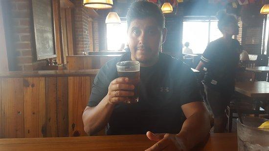 Commodore Waterfront Restaurant: Yo degustando mi cerveza en el Commodore.