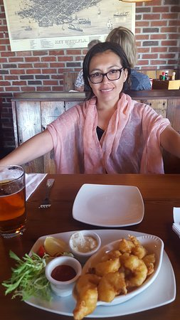 Commodore Waterfront Restaurant: MI esposa esperando su almuerzo.