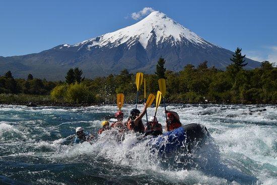 Alsur Expediciones: Rafting en el rio Petrohué con el volcán Osorno de fondo