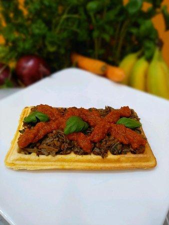 Gofr wytrawny - pełnoziarnisty wypiek z pieczarkowym nadzieniem i dwoma sosami do wyboru - pikantnym ajvarem lub łagodnym pomidorowym. Dostępny tylko w lokalu!