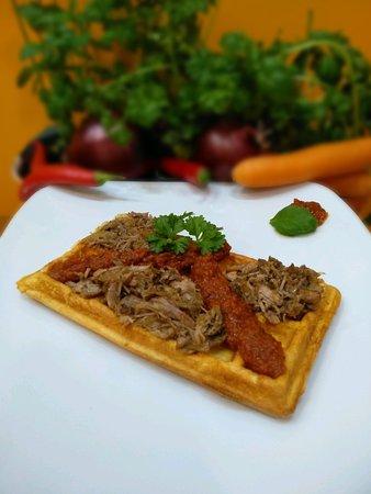 Gofr wytrawny - pełnoziarnisty wypiek z nadzieniem mięsnym i dwoma sosami do wyboru - pikantnym ajvarem lub łagodnym pomidorowym. Dostępny tylko w lokalu!
