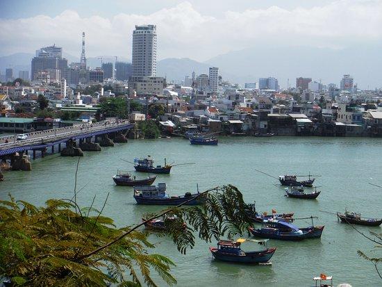 Nha Trang, Vietnam: Вид на город с храмового комплекса Понагар, берег реки Кай