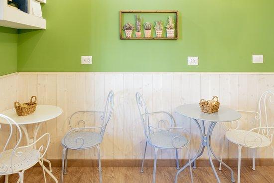 Suite Del Cuore : la sala colazione e' aperta open 24 ed offre gratuitamente un servizio di colazione con prodotti artigianali con torte e dolci tipici locali oltre una macchina del caffe' e succhi di frutta ,yougurt, the ,biscotti