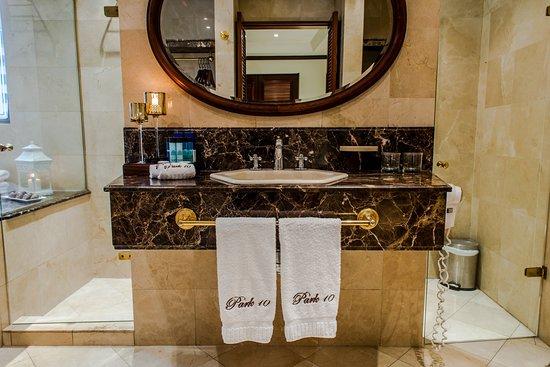 Park 10 Hotel : Bathroom Grand Suite Jacuzzi