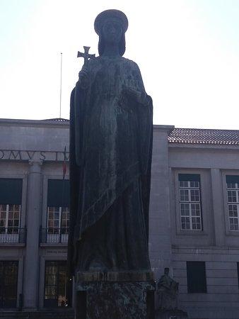 Estatua da Condessa Mumadona Dias