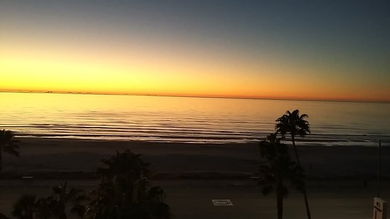 DoubleTree by Hilton Hotel Galveston Beach: Beautiful sun rise - the sun rise and sun sets in TX seem to last hours!