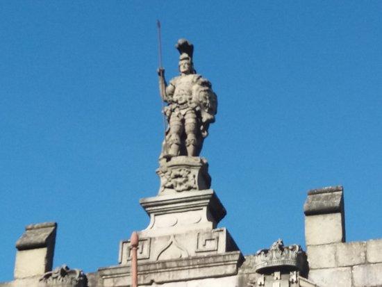 Estatua o Guimaraes de duas caras