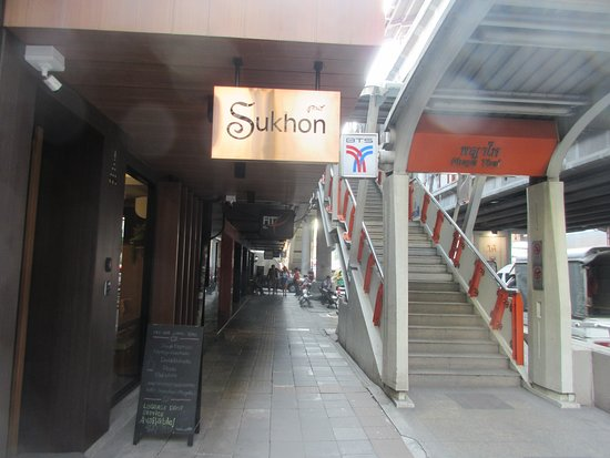 Sukhon Hotel: Here is what you will see when you get down from Exit 2