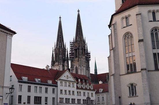 Neupfarrplatz. Vanaf dit plein heb je dit zicht op de torens van de Dom Sint Peter, en gebouwen aan dit plein en rechst op de foto nog een stuk van Neupfarrkirche.