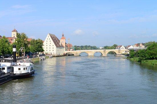Zicht op de Steinere Brücke met  Brücketor e.o.  De brug was in onderhoud en afgesloten voor het verkeer. Deze foto is genomen vanaf de Eiserne Brücke.