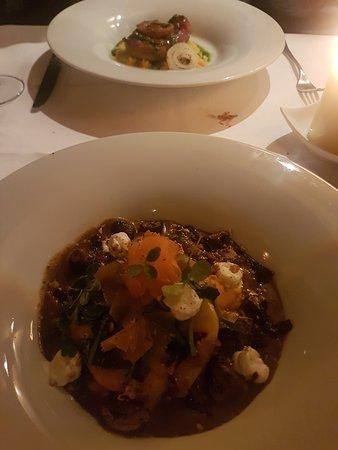 San Siro: Op de voorgrond de vegetarische ravioli met daarachter de risotto met ossobuco