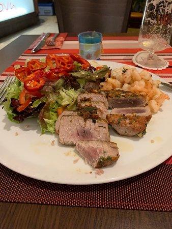 Selters (Westerwald), เยอรมนี: Tunfisch mit Salat und Garnelen