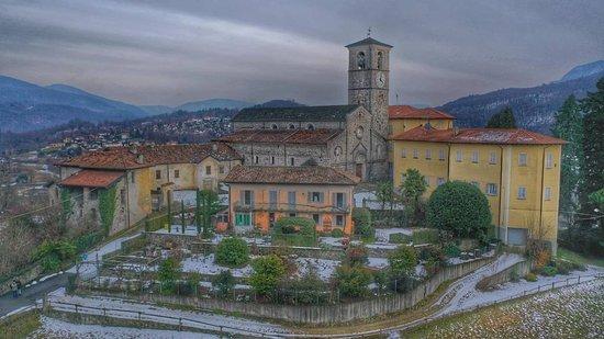 """La canonica di Brezzo di Bedero è un """"gioiellino"""" del Varesotto. Ricca di arte ma anche di storia (è stato uno dei punti religiosi di riferimento della zona) è uno dei simboli di Brezzo di Bedero, piccolo paese affacciato sul Lago Maggiore. Dal giardino della canonica si gode inoltre di un bellissimo panorama  Ph: Ulisse Piana"""