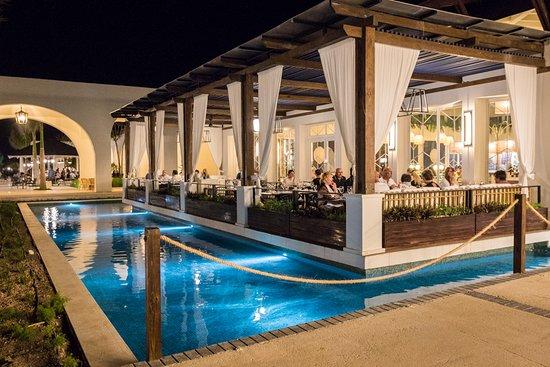 Ocean El Faro: Tous les terrasses des restaurants sont entourées de plan d'eau.