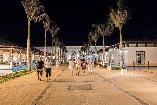 Ocean El Faro: L'allée  centrale, le boulevard en soirée,