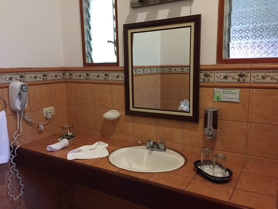 Savegre Hotel, Natural Reserve & Spa: Generous counter space in bathroom