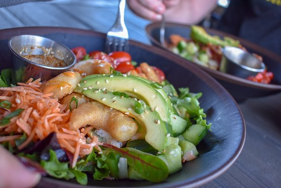California bowl! Topped with carrots, diced cucumbers, tomatoes, sriracha aioli, avocado, and sesame seeds. Served over jasmine rice, or spring mix with choice of shrimp, ahi tuna, steak, or blackened chicken.
