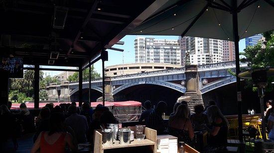 Riverland: Comiendo junto al puente del Río Yarra