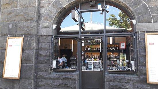 Riverland: Ventana en la que se realiza el pedido y retiran las bebidas