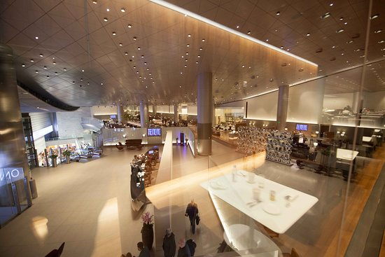 Qatar Airways: Business Class lounge in Doha.