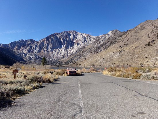 Crowley Lake, CA: View exiting the campground with paved road to Convict Lake.