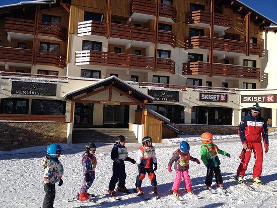 Résidences Orée des Pistes, Bellevue et Carlines 2: Little skiers in front of Oree es pistes