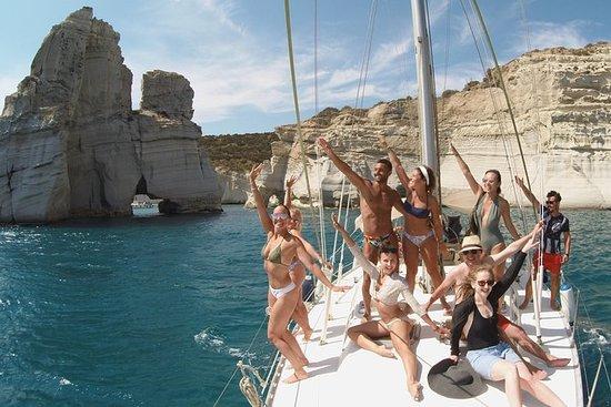 Scopri Milos in barca a vela, facendo
