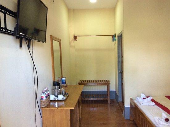 Interior - Pleasant House Motel Picture