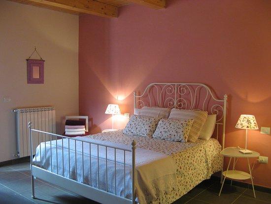 San Basile, Italie : Stanza matrimoniale ideale per una famiglia, munita anche di letto singolo e su richiesta di una culla. Il balconcino affaccia su di un grazioso giardino.