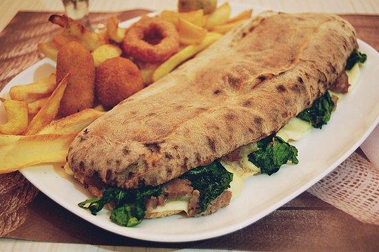 Mitomato: Saltimbocca napoletano, panino con impasto dellla pizza ripieno a scelta.