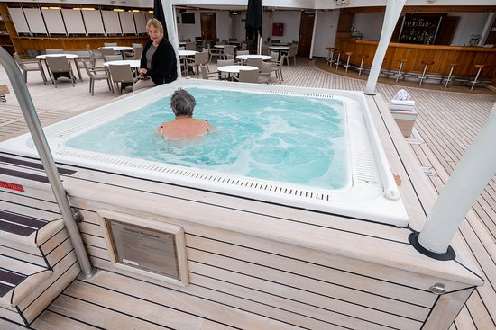 The Main Pool on Seabourn Quest