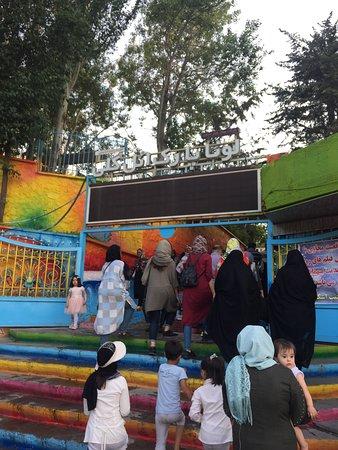 La entrada al parque de atracciones Luna Park, dentro del Parque de El Goli