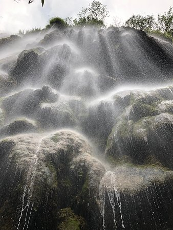 Umphang, Thailand: น้ำตกทีลอเล คือภาพแรก ถัดจากน้ำตกทีลอเลไปนิดนึง จะพบกับน้ำตกบันได ซึ่งมันใหญ่มาก สวยมากเกินคำบรรยาย คุ้มค่ากับการเดินทาง   ครั้งหนึ่งในชีวิตต้องไปให้ถึงนะคะ ...