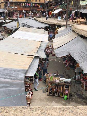 Masuleh, Iran: Aquí se aprecian bien los distintos niveles, con gente paseando por los tejados y el mercado abajo.