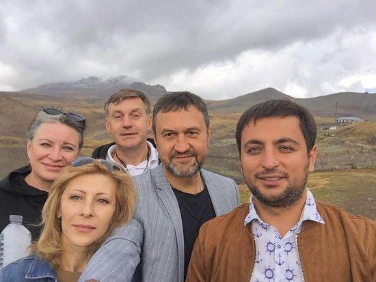 Aragatsotn, Armenia: Если будете в Армении не зимой, то обязательно вам нужно подняться на самую высокую гору в Армении Арагац и попробовать национальную блюдо Хаш. Ресторанчик находится возле озеро Кари который образовался в кратере вулкана.